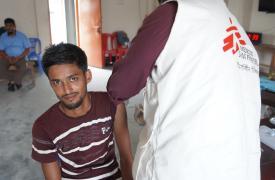 Mamun (nombre modificado), un trabajador de una fábrica de cuero, recibe su tercera dosis de la vacuna contra el tétanos en una clínica de Médicos Sin Fronteras en Savar, en el noroeste de Dhaka.