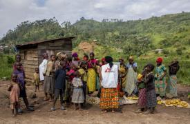 Nuestro equipo de promoción de la salud visita los mercados locales y los campos de desplazados internos para sensibilizar sobre la malaria, el cólera y la violencia sexual e informar a los habitantes de la atención médica gratuita que brindamos
