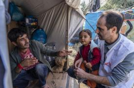 Christos Christou, presidente internacional de Médicos Sin Fronteras, visita el campamento de Moria, en Lesbos, Grecia.