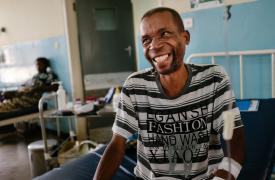 Austin ingresó al Hospital del Distrito de Nsanje y fue diagnosticado con VIH avanzado.