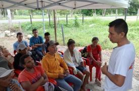 Un equipo de Médicos Sin Fronteras en Tame, Arauca, brinda tratamiento e información a personas que llegan caminando desde Venezuela. El equipo opera desde un refugio al lado del camino para poder llegar a ellos.
