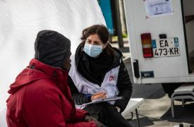 Charline Vincent, enfermera, está examinando a un hombre en la clínica móvil de Médicos Sin Fronteras en Francia. Las personas que viven en la calle son particularmente vulnerables al COVID-19. Foto: abril de 2020.