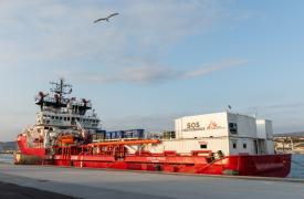 Los equipos de Médicos Sin Fronteras y SOS MEDITERRANEE reabastecen los suministros del barco Ocean Viking en Francia.