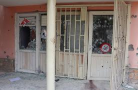 Entrada de la oficina del hospita Dashte Barchi después del ataque, en Kabul, Afganistán.