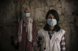 Dayana Tabbarah, promotora de salud, y Hala Hussein, enfermera, en las calles del campo de refugiados palestinos de Burj al-Barajneh, Beirut, en Líbano.