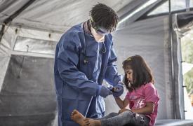 Para reducir el riesgo de contagio por COVID-19 en los campos de desplazados, MSF distribuye kits especiales de higiene que incluyen jabón, desinfectante, detergente y folletos informativos sobre el nuevo coronavirus.