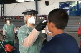 Enfermera MSF durante actividades de chequeo de COVID-19 con los waraos (pueblo indígena de Venezuela) en un albergue de Manaus, Brasil.