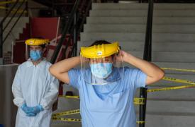 Trabajadora de MSF con su traje de protección para responder al COVID-19 en Tijuana, México.
