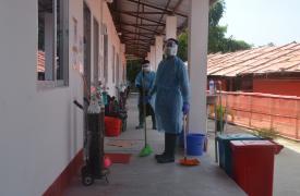 El personal de MSF, utilizando equipos de protección personal (EPP), limpia las salas de aislamiento de COVID-19 en nuestro hospital de campaña Kutupalong, Bangladesh.