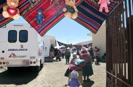 Fotografía tomada en 2019 durante la inauguración oficial de la sala de maternidad apoyada por MSF del centro de salud Franz Tamayo en El Alto, Bolivia, que reunió a miembros de la comunidad, autoridades y personal.