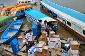 El equipo de Médicos Sin Fronteras listo para dirigirse a Caballito por el río, en la región amazónica de Perú.