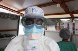 Personal médico con su equipo de protección personal antes de dirigirse a la zona roja del centro de tratamiento del ébola en el Hospital General de Bolomba, apoyado por Médicos Sin Fronteras (MSF).