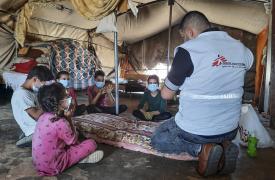 Nader Owidat lleva a cabo una actividad de promoción de la salud sobre COVID-19 con niños en Masafer Yatta, un grupo de 19 aldeas palestinas en la gobernación de Hebrón (Cisjordania).
