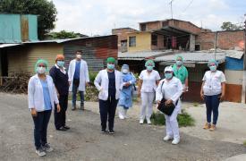 El personal de la Unidad de Salud de Concepción, Equipo Comunitario y Médicos Sin Fronteras al finalizar la jornada de vacunación en la comunidad de Concepción en San Salvador, El Salvador.