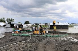 Las personas recogen agua del centro de tratamiento de agua de Médicos Sin Fronteras en la ciudad de Pibor, en el área administrativa del Gran Pibor, Sudán del Sur.