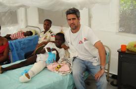 Martín Cazenave (Argentina) trabajando como cirujano con Médicos Sin Fronteras en Haití.