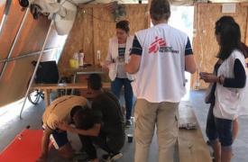Equipos de Médicos Sin Fronteras asisten a hombres, mujeres, niños y niñas afectados por los trágicos eventos del domingo 29 de septiembre en el campo de refugiados de Moria, Grecia.