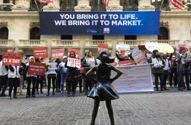 Médicos Sin Fronteras afuera de la Bolsa de Nueva York pidiendo a Johnson&Johnson que baje el precio de la bedaquilina, el vital medicamento para la tuberculosis.