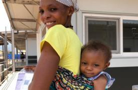 """Fudia, la primer paciente del hospital de Kenema, junto a su madre. """"En la primera alimentación de la pequeña, el personal comenzó a cantar y aplaudir, y vimos la primera sonrisa de nuestra joven paciente. Fue hermoso"""", cuenta la enfermera Amanda Hooyboer"""