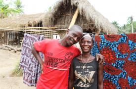 Bondayilahun, Sierra Leona, marzo de 2019: Fassineeh Kamera con su esposa. Hizo todo lo que pudo para salvarle la vida, y lo logró.