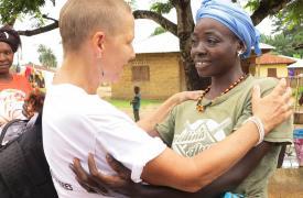 El emotivo saludo entre la matrona Kristine Lauria y su paciente Mary, en Sierra Leona, luego de haber finalizado el tratamiento.