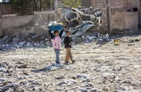 Dos niños en el distrito de Al Mishlab, en el este de Raqa. © Diala Ghassan/MSF