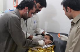 Un niño recibiendo atención médica de emergencia en el hospital de Saada, en Kurram. ©MSF