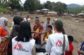Un equipo de MSF habla con las comunidades afectadas por las avalanchas de barro, muchos de ellos todavía están buscando parientes desaparecidos. ©Hana Badando/MSF