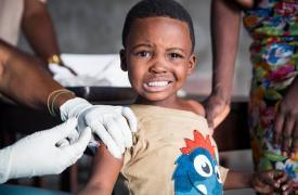 Niño vacuna fiebre amarilla
